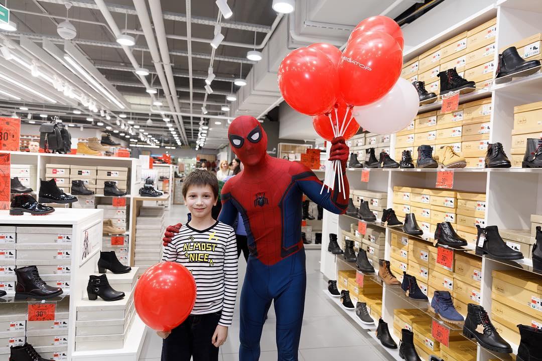 Человек паук на открытие магазина