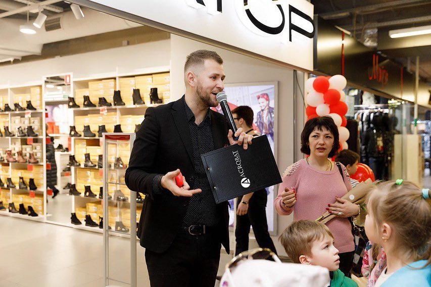 Дмитрий Губич, ведущий на открытии магазина
